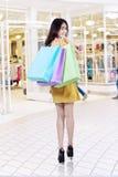 Het blije model draagt het winkelen zakken bij wandelgalerij royalty-vrije stock fotografie