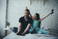 Het blije tienermeisje verheugt zich in winnend videospelletje royalty-vrije stock foto's