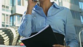 Het blije uitvoerende spreken op telefoon met partner, verheugend succesvol contract stock footage