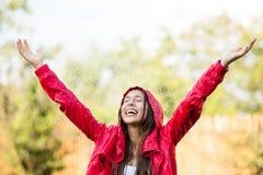 Het blije vrouw spelen in regen Royalty-vrije Stock Afbeeldingen