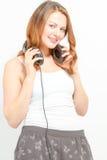 Het blije wijfje houdt hoofdtelefoons rond hals Royalty-vrije Stock Afbeeldingen