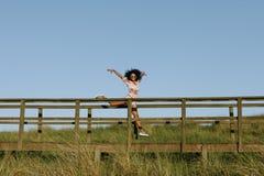Het blije zwarte openlucht dansen stock foto