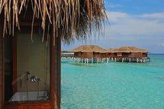 Het blijven in Overwater-Bungalow tijdens Vakantie stock fotografie
