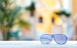 Het blind stelt glazen op een heldere achtergrond in de schaduw royalty-vrije stock foto's