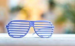 Het blind stelt glazen op een heldere achtergrond in de schaduw royalty-vrije stock foto