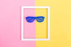Het blind stelt zonnebril op een trillende achtergrond in de schaduw royalty-vrije stock foto