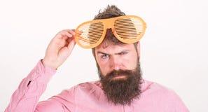 Het blind van de Hipsterslijtage stelt uiterst grote zonnebril in de schaduw De slijtagereus van de mensen louvered de gebaarde k royalty-vrije stock fotografie