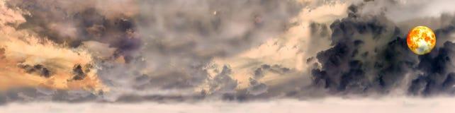Het bloedvolle maan van de panorama donkere wolk in de avond Stock Foto's
