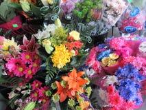 Het bloeien verscheidenheid van verse boeketbloemen op vertoning, 2018 stock foto's