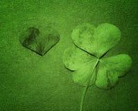 Het bloemblaadje van klaver op Groenboek, sluit omhoog St Patricks Dag groene klaver Stock Afbeeldingen