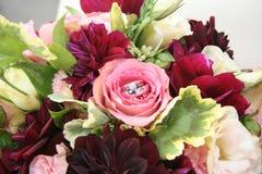 Het Bloemen Bruids Boeket van trouwringen stock foto