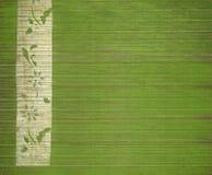 Het bloemen witte af:drukken van de bamboebanner op groen hout Royalty-vrije Stock Afbeeldingen