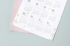 Het bloemenmodel van het kalendermalplaatje met ontwerpruimte stock afbeeldingen
