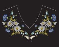 Het bloemenpatroon van de borduurwerkhalslijn met kamilles, korenbloemen en vlinder Royalty-vrije Stock Foto's