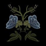 Het bloemenpatroon van de borduurwerktendens met blauwe rozen in simplistische st Royalty-vrije Stock Foto's