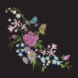 Het bloemenpatroon van de borduurwerktendens met vlinder Stock Foto