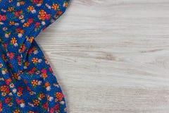 Het bloemenservet van de patroondoek op lege houten achtergrond Royalty-vrije Stock Foto's