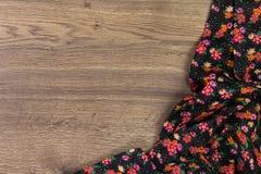 Het bloemenservet van de patroondoek op lege houten achtergrond Royalty-vrije Stock Afbeeldingen