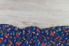 Het bloemenservet van de patroondoek op lege houten achtergrond Royalty-vrije Stock Afbeelding