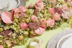 Het bloemstuk van de dinerlijst Stock Fotografie
