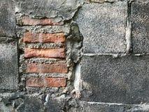 Het blok van de muurbaksteen De bakstenen muur is grijze, barstende rode baksteen met cement op de binnenkant royalty-vrije stock fotografie