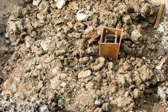 Het blok van de staalstaaf op vuil Royalty-vrije Stock Fotografie