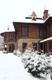 Het blokhuis en de wintersparren van het land Royalty-vrije Stock Afbeeldingen