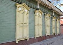 Het blokhuis met gesloten vensterblinden op de straat van Irkoetsk Royalty-vrije Stock Afbeeldingen