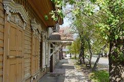 Het blokhuis met gesloten vensterblinden op de straat van Irkoetsk Royalty-vrije Stock Afbeelding