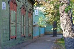 Het blokhuis met gesloten vensterblinden op de straat van Irkoetsk Royalty-vrije Stock Fotografie