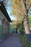 Het blokhuis met gesloten vensterblinden op de straat van Irkoetsk Royalty-vrije Stock Foto's
