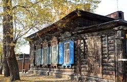 Het blokhuis met vensterblinden op de straat van Irkoetsk Stock Afbeelding