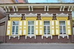 Het blokhuis met vensterblinden op de straat van Irkoetsk Stock Afbeeldingen