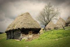 Het blokhuis van de oude landbouwer in Transsylvanië Royalty-vrije Stock Fotografie