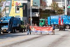 Het Blokstraten van hygiënevrachtwagens om Terrorisme bij de Parade van Atlanta te verhinderen stock fotografie