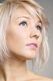 Het blonde bekijken met rente iets Royalty-vrije Stock Foto