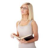 Het blonde boek van de vrouwenlezing royalty-vrije stock fotografie