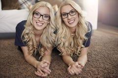 Het blonde brengt thuis samen Stock Afbeeldingen