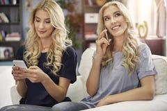 Het blonde brengt thuis samen Royalty-vrije Stock Afbeeldingen