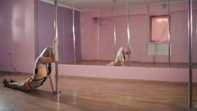 Het blonde die op de pool in de dansstudio dansen stock video