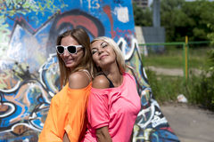 Het blonde en de donkerbruine rust in de stad, die vormen stijl, goede Activiteit, het stadsleven, student glimlachen Stock Afbeeldingen