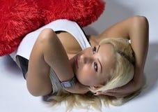 Het blonde haired vrouw ontspannen stock afbeelding