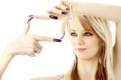 Het blonde kijken door haar vingers in een doosvorm Stock Afbeeldingen