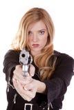 Het blonde kijken onderaan een kanon Stock Foto's