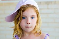 Het blonde kindmeisje gesturing grappig met chocolade Stock Afbeeldingen