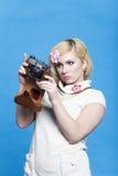 Het blonde meisje bekijkt retro camera Royalty-vrije Stock Foto's