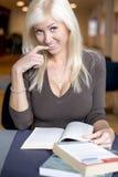 Het blonde meisje bestuderen royalty-vrije stock afbeeldingen