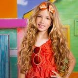 Het blonde meisje die van de kinderen gelukkige toerist in een tropisch huis glimlachen stock afbeeldingen