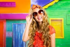 Het blonde meisje die van de kinderen gelukkige toerist met zonnebril glimlachen Stock Afbeeldingen