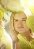 Het blonde meisje doorbladert binnen Stock Fotografie